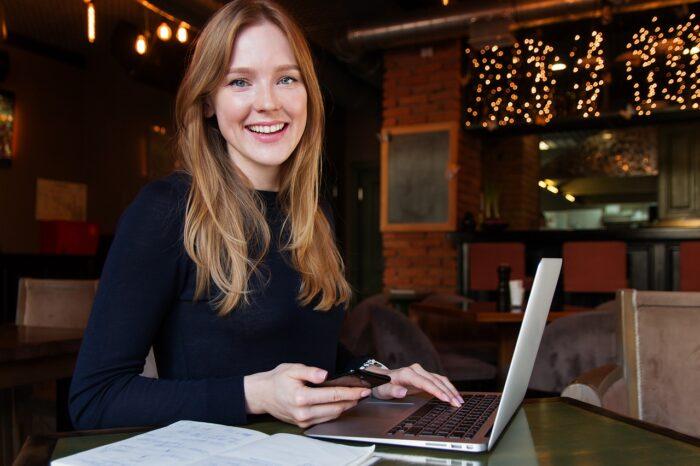 起業する女性のイメージ写真