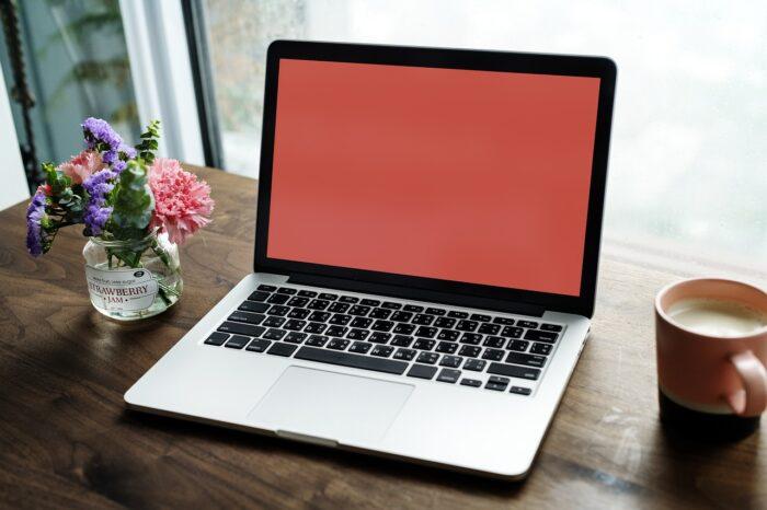 デスクの上にあるノートPC