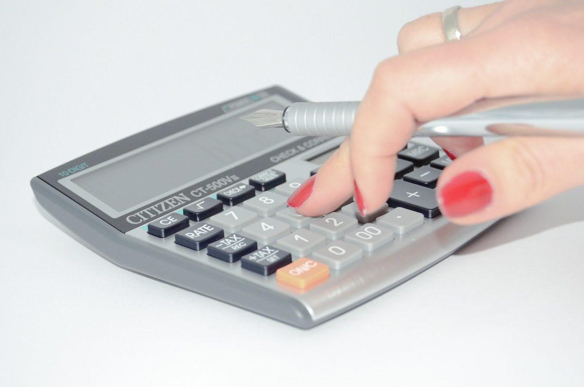 電卓を使っている女性の手